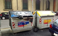 Bruciati due cassonetti vicino ai carabinieri