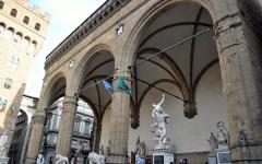 Firenze, Loggia dei Lanzi: bambino olandese graffia la statua di Patroclo e Menelao. Segnalato alla procura dei minori