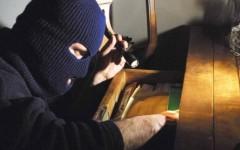 Follonica, rapina in villa: donna legata e minacciata con una spranga