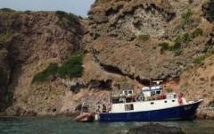 Peschereccio incagliato a Capraia, domani la rimozione