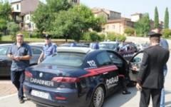 Pistole in pugno rapinano supermercato in provincia di Lucca