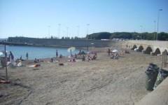 Livorno: sequestrati ombrelloni e sdraio abusive sulla spiaggia di Castagneto Carducci