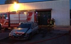 Incendio, fiamme in una ditta tessile di Prato