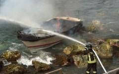 Barca distrutta, ragazza salva appena in tempo