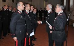 Il generale Del Sette (secondo da destra) si congratula con alcuni carabinieri premiati