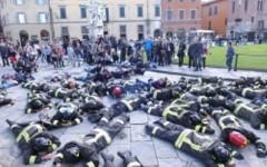 Contro i tagli flash mob dei vigili del fuoco sotto la Torre di Pisa
