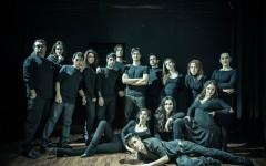 La compagnia «Orizzonti Sereni» che mette in scena «Louis, il musical diabolico»