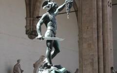 La statua del Perseo di Benvenuto Cellini sotto la Loggia dei Lanzi in piazza Signoria