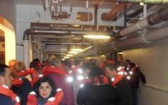 Passeggeri sulla Concordia tentano di raggiungere le scialuppe di salvataggio