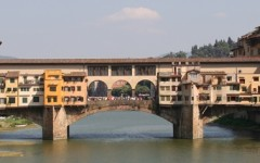 Bambina tedesca scarabocchia Ponte Vecchio, multato il padre
