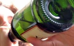 Ubriachi: uno aggredisce i genitori, un altro si spoglia in un parcheggio