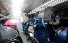 Foto postata su facebook, con gli ombrelli nelle carrozze ferroviarie