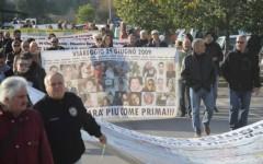 Il corteo dei familiari delle vittime al processo a Lucca