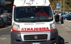 Partorisce sulle scale di casa, non ce la fa a salire in ambulanza