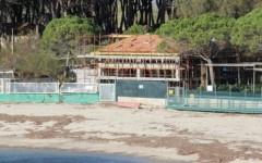 Elba, palazzina in costruzione sulla spiaggia