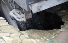 Voragine sul molo di Viareggio, illeso autista di una spazzatrice