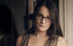 Sarah Ton, carrarese, si spoglia per protestare contro il modello di velina