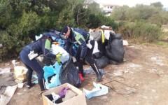 I vestiti pro-alluvionati abbandonati in strada
