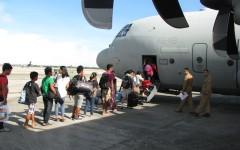 Popolazione delle Filippine sfuggita al Tifone Haiyan all'imbarco su un C130j italiano