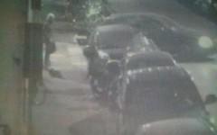 Presa la donna che tagliava le gomme delle auto a Firenze (Video)