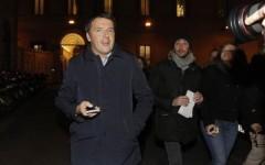 Renzi uscendo da Palazzo Chigi