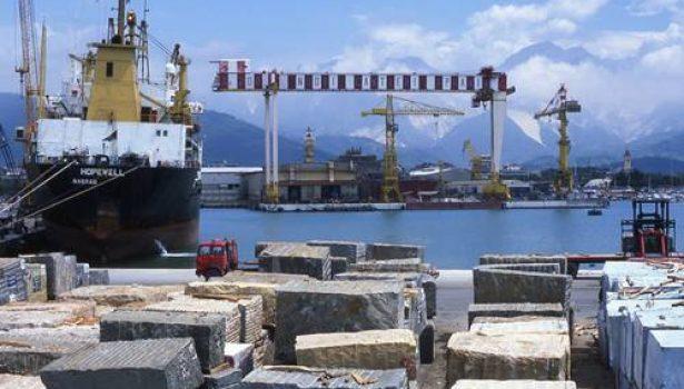 Incidente sul lavoro: portuale muore schiacciato da un carrello. Tragedia a Marina di Carrara