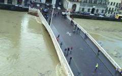 LArno stamani a Pisa sotto il ponte di Mezzo