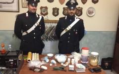 La droga ed il materiale sequestrato nel casale