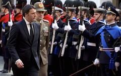 Matteo Renzi davanti al picchetto d'onore a Palazzo Chigi