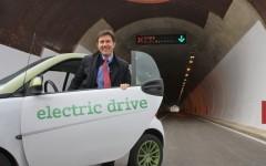 Il vicesindaco, Dario Nardella, ha inaugurato il tunnel con un'auto elettrica