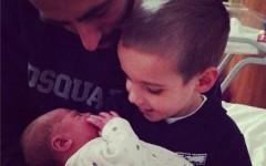 Borja Valero e il piccolo Alvaro con in braccio la neonata Lucia (dal profilo twitter dello spagnolo)