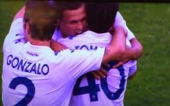 Josip Ilicic festeggiato dai compagni dopo il secondo gol