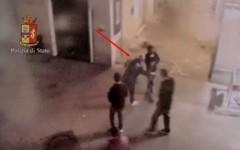 Il video dell'aggressione al cameriere Zakir Hossain