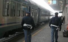 Pisa, violenza sessuale a una studentessa sul treno da Livorno: arrestato un ventenne