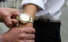 Firenze: ragazza si fa palpare il seno e ruba tre Rolex. Ma a Empoli prende una patacca