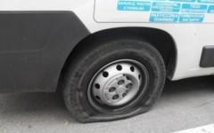 Una delle gomme tagliate ai furgoni di Coeso