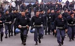 Protesta della polizia contro i cortei violenti: i reparti mobili si autoconsegnano