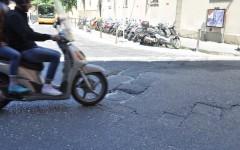 Firenze, il comune esulta: «In 6 giorni coperte 1.200 buche». Non basta: viviamo nella città-groviera