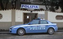 Prato, donna per strada con la figlia: la polizia fa una colletta