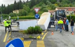 I blocchi di marmo in strada a Carrara