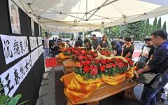 Le bare degli operai cinesi morti nel rogo del 1 dicembre 2013 a Prato (foto Giacomo Morini)