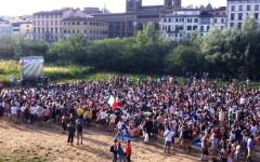 Italia-Uruguay alla spiaggia sull'Arno, i tifosi durante la partita sul maxischermo
