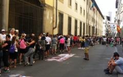 Turisti in coda per antrare alla Galleria dell'Accademia