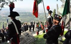 La cerimonia davanti al monumento ai Caduti