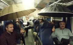 Viaggiatori con l'ombrello aperto sul treno Aulla Pisa: foto postata su Facebook da una passeggera