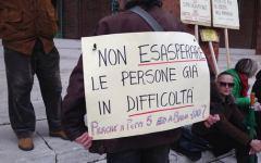 Arezzo: gli abitanti di Badia Prataglia protestano davanti alla prefettura contro l'arrivo di 100 immigrati