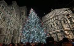 Natale a Firenze: luci da piazza Duomo alle periferie. Allo stadio: viola e i colori del Calcio storico