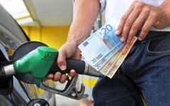 Benzina, prezzi ora in calo: nel 2015 risparmi per 1 miliardo di euro
