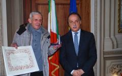 Il nipote di Anacleto Bacchi, Enzo, con il prefetto Luigi Varratta