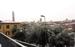 Maltempo, mezza Toscana sotto la neve: Siena imbiancata, caos treni e disagi in autostrada